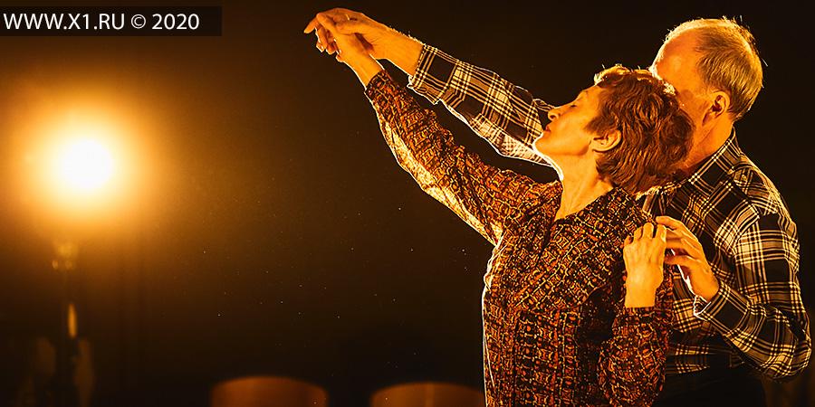 The Days Project, Финляндия. 16+ Пластический спектакль (Финляндия). Обсуждение после спектакля. Социальный проект с участием профессиональных танцовщиков и пенсионеров-любителей. Мария Нурмела и Вилле Ойнонен (Maria Nurmela, Ville Oinonen), с участием Елены Озорных и Анатолия Иванченко. 22 февраля, Театральный клуб «ПУЛя», ул. Ленина, 24, г. Новосибирск. «Один. Два. Три». IV Всероссийский фестиваль-конкурс камерных спектаклей и моноспектаклей. Министерство культуры Новосибирской области и Молодежный драматический театр «Первый театр». Офф-программа. Куратор Ника Пархомовская.